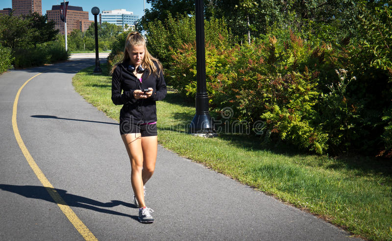 Donna che cammina per l'esercizio immagine stock