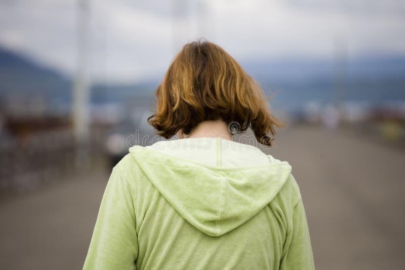 Donna che cammina su un pilastro immagine stock