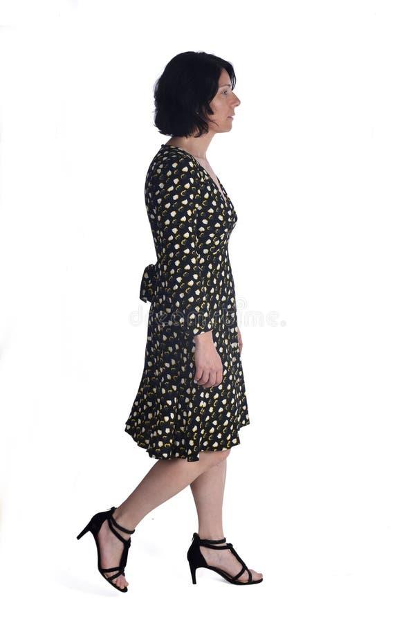 Donna che cammina sul bianco immagini stock libere da diritti