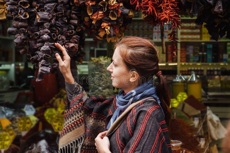 Donna che cammina sul mercato egiziano delle spezie a Costantinopoli, Turchia fotografia stock libera da diritti