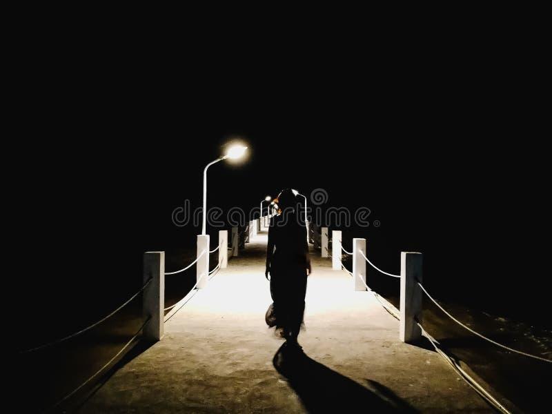 Donna che cammina sul molo immagine stock libera da diritti
