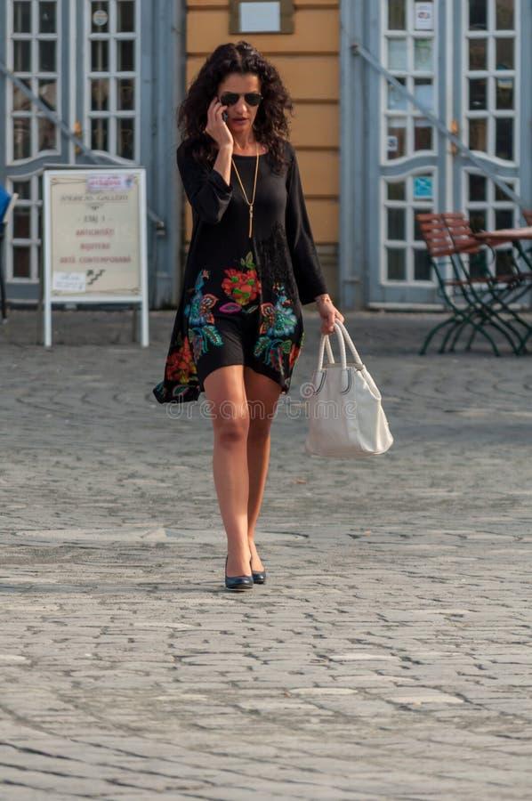 Donna che cammina sulla via fotografia stock libera da diritti