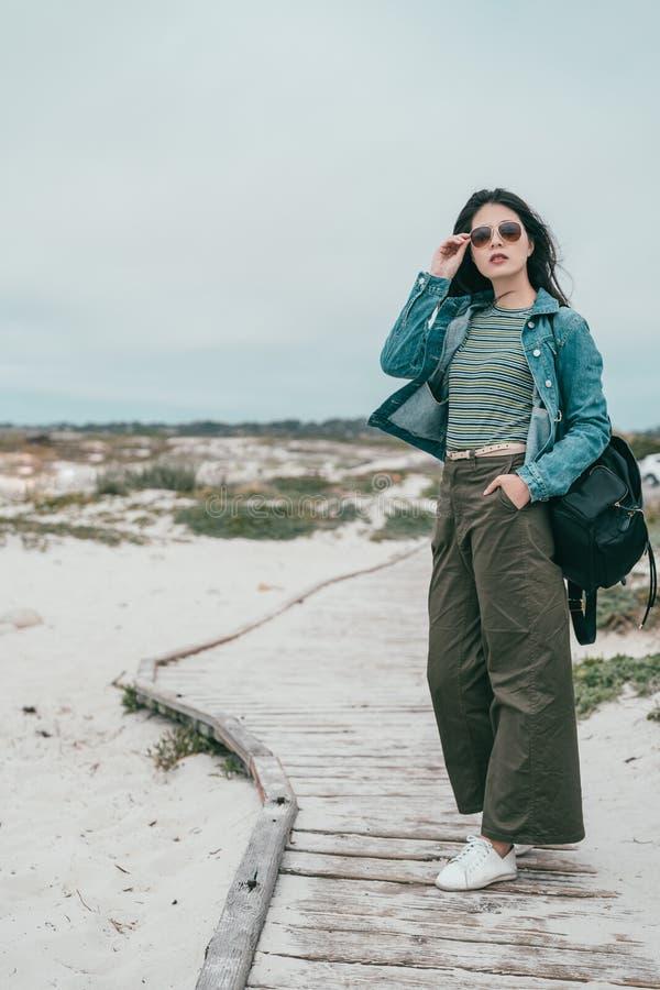 Donna che cammina in una traccia di camminata della spiaggia immagini stock