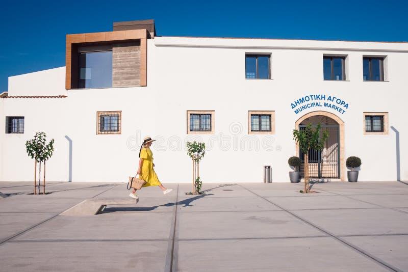 Donna che cammina in vestito giallo alla vecchia citt? di Pafo fotografia stock