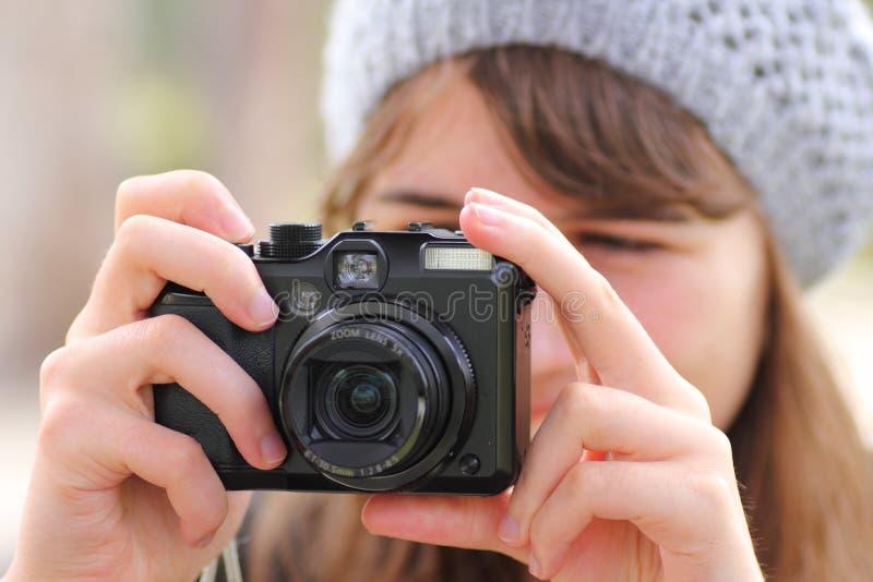 Donna che cattura foto fotografia stock