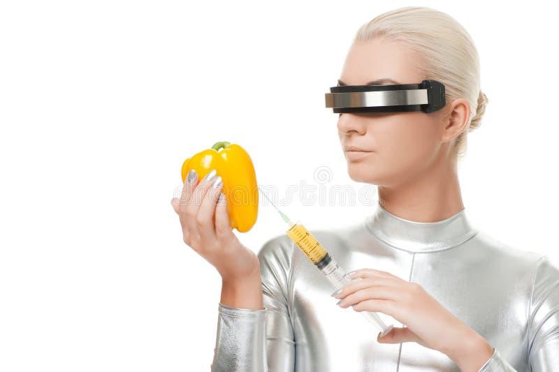 Donna che cattura le vitamine da peperone dolce immagine stock