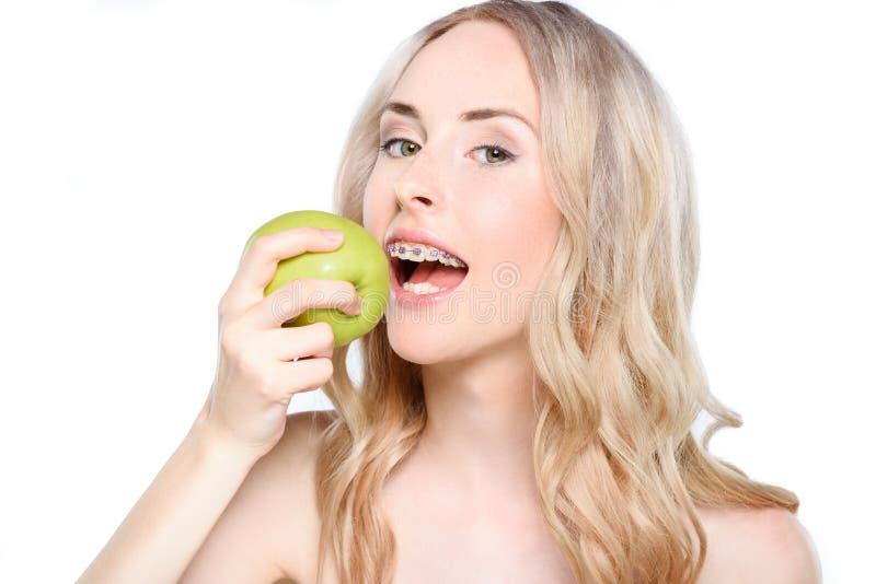Donna che cattura morso di Apple fotografie stock