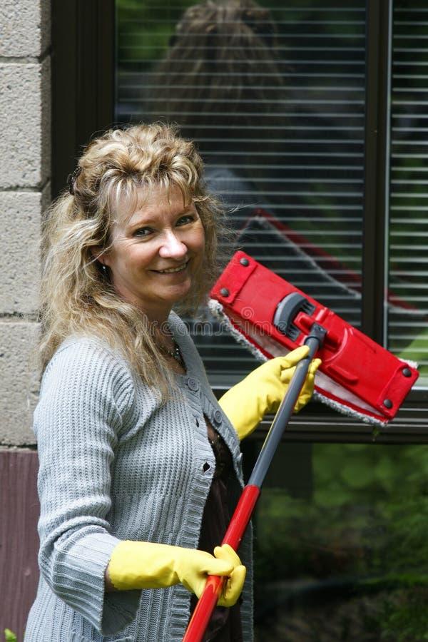 Donna che cattura una rottura da pulizia fotografia stock
