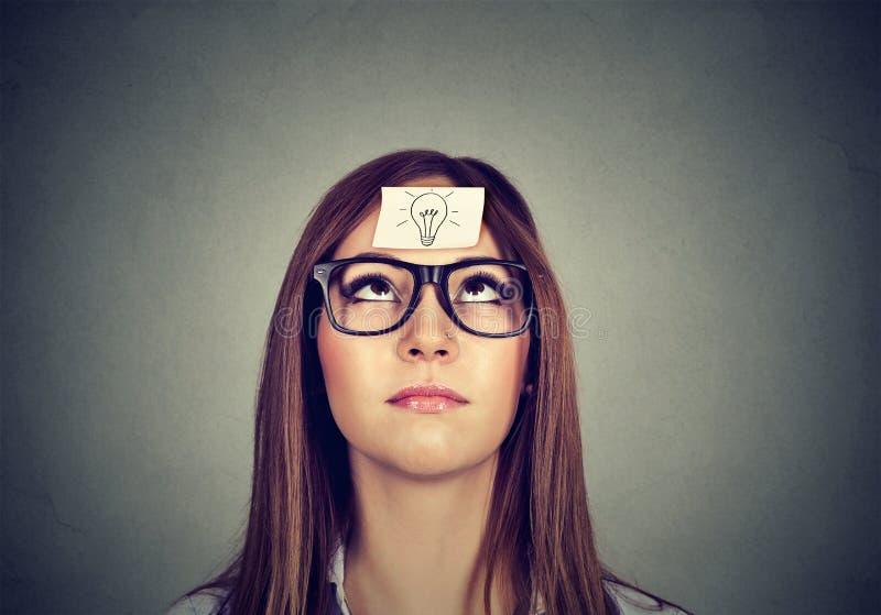 Donna che cerca alla ricerca dell'idea immagini stock libere da diritti