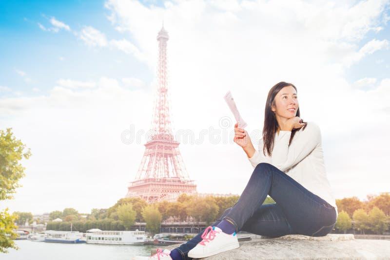 Donna che cerca direzione sulla via di Parigi fotografia stock
