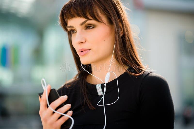 Donna che chiama telefono in via immagine stock libera da diritti