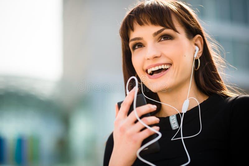 Donna che chiama telefono in via fotografia stock libera da diritti