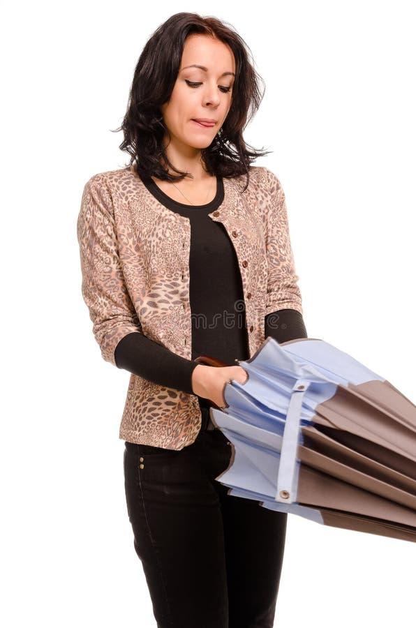 Donna che chiude il suo ombrello fotografia stock libera da diritti