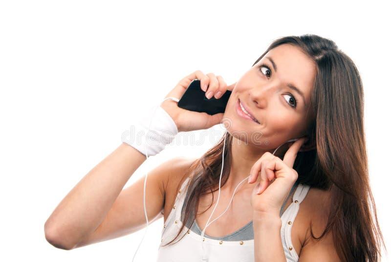 Donna che comunica musica d'ascolto del telefono mobile fotografia stock libera da diritti