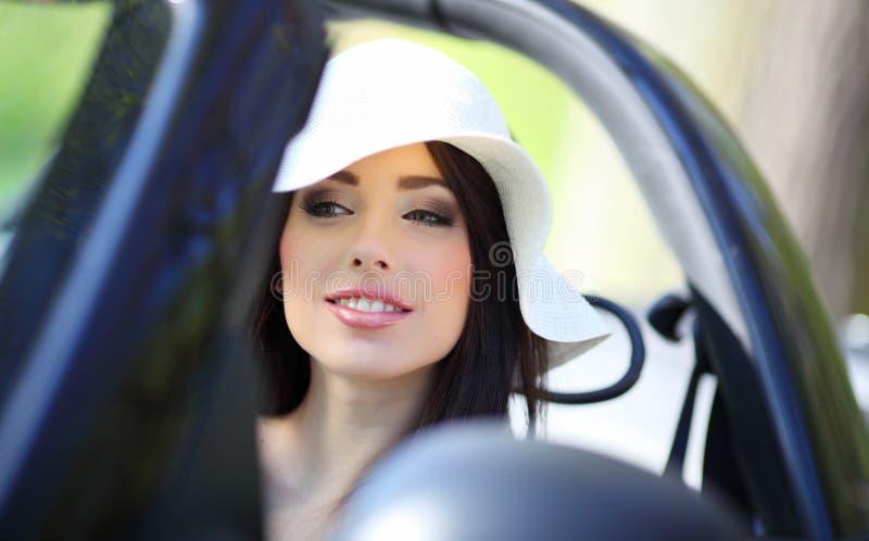 Donna che conduce l'automobile di cabrio. immagine stock libera da diritti