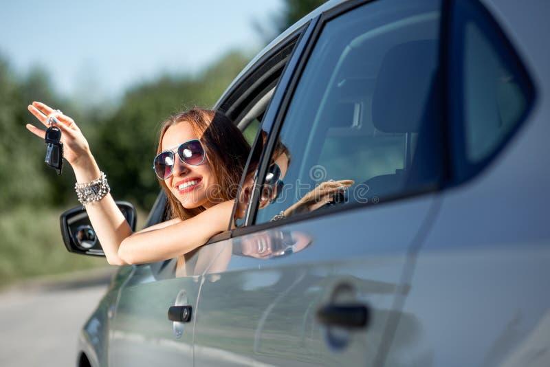 Donna che conduce la sua automobile immagine stock libera da diritti