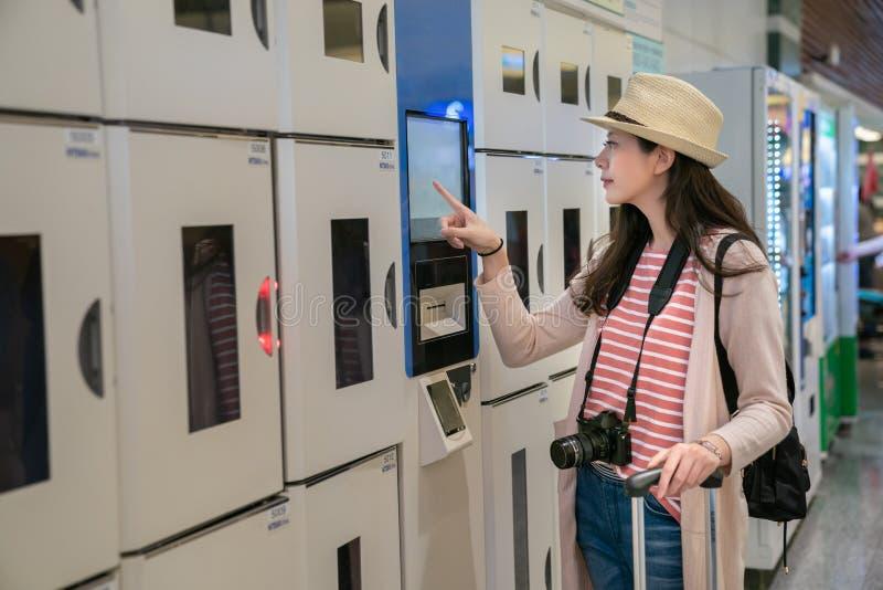 Donna che conferma gli armadi intelligenti della moneta fotografie stock libere da diritti