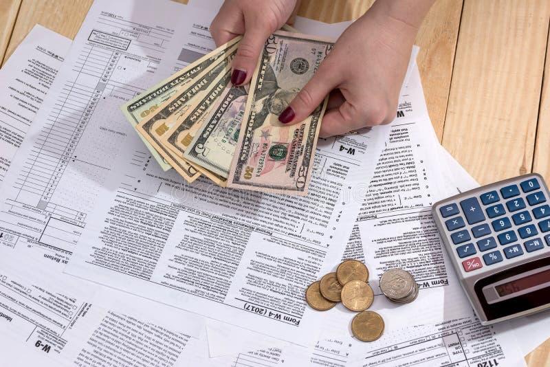 Donna che conta soldi sui precedenti fotografie stock