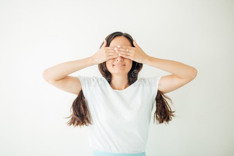 Donna che copre i suoi occhi di sue mani immagini stock