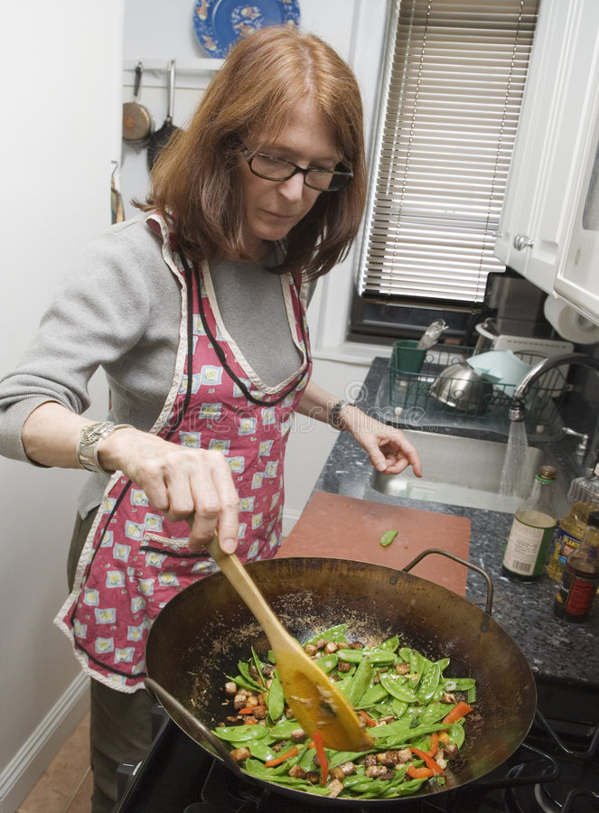 Donna Che Cucina Con Il Wok Fotografia Stock - Immagine di sano ...