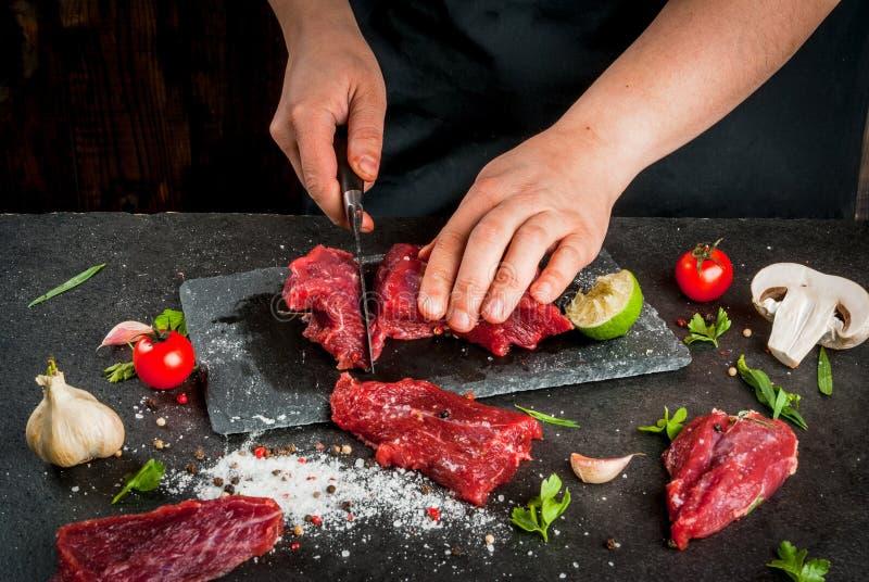 Donna che cucina la carne del manzo fotografia stock libera da diritti