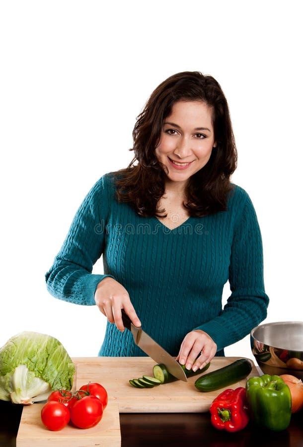Donna che cucina nella cucina fotografie stock libere da diritti