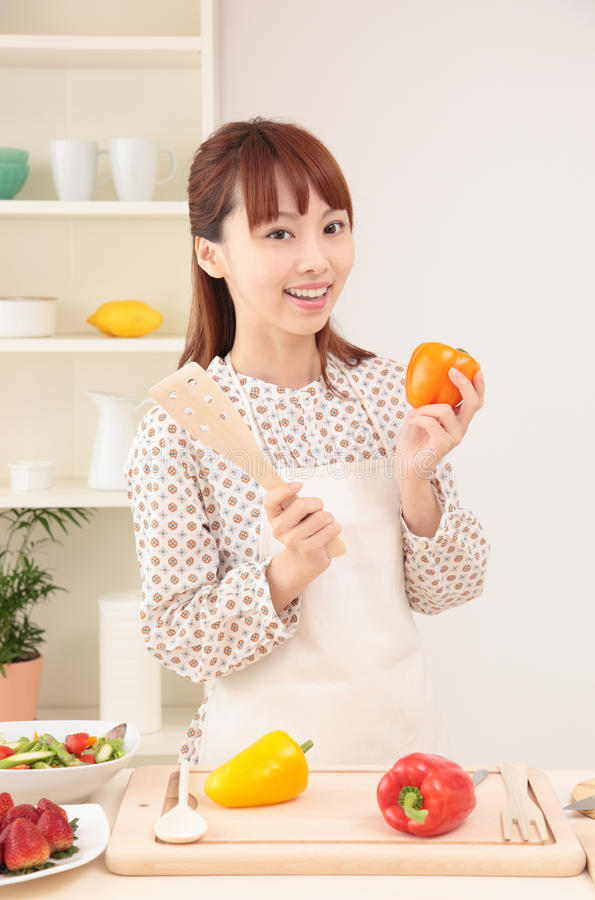 Donna che cucina nella cucina immagine stock libera da diritti