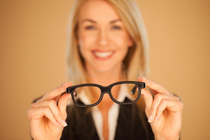 Donna che dà i suoi occhiali immagine stock
