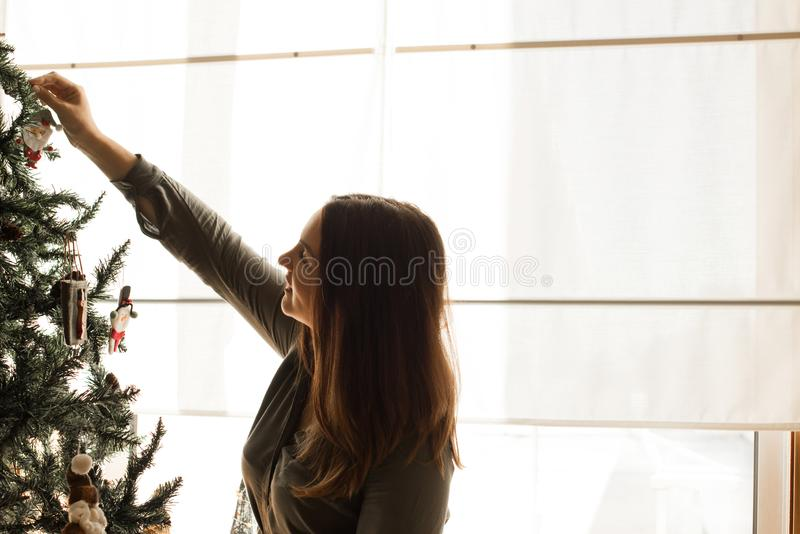 Donna che decora l'albero di Natale immagine stock