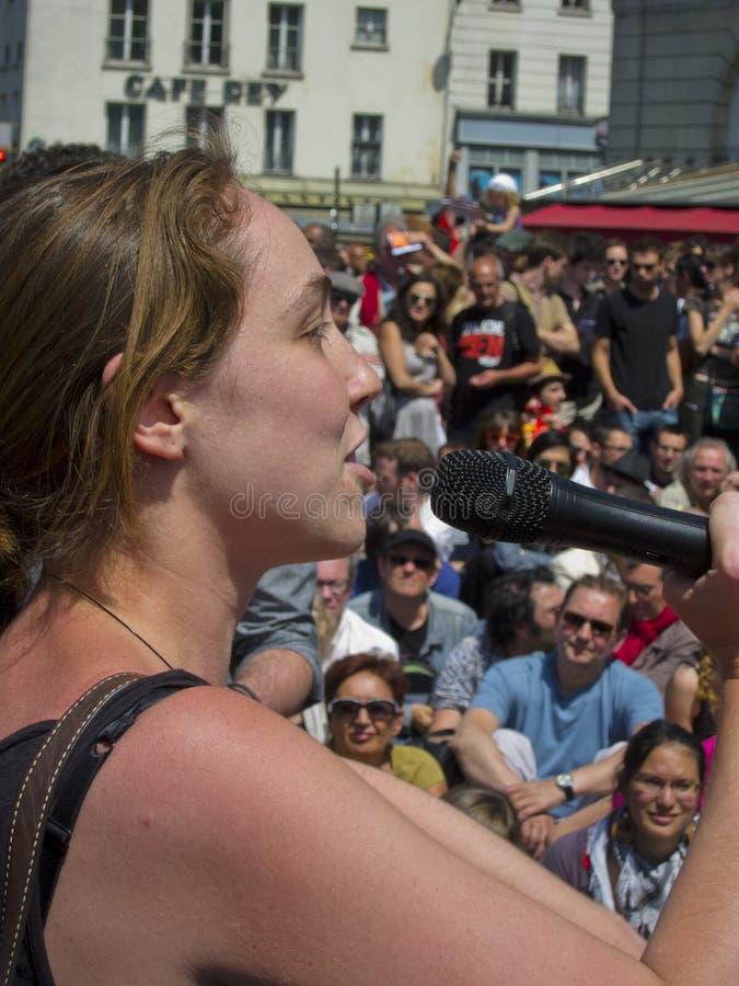 Donna che dimostra a sostegno di Revoluti spagnolo fotografie stock