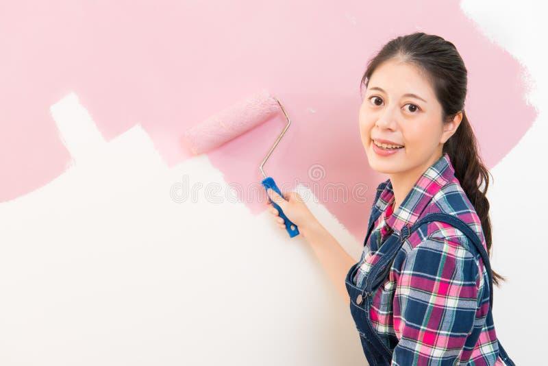 Donna che dipinge nuova condizione dell'appartamento fotografia stock libera da diritti