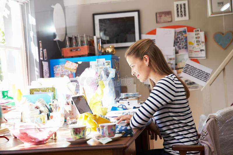 Donna che dirige piccola impresa dal Ministero degli Interni fotografia stock