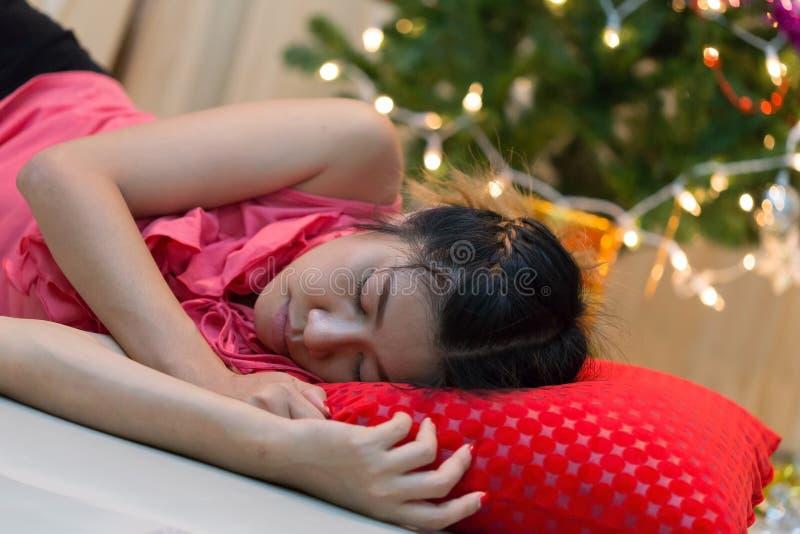 Donna che dorme da solo nella casa immagini stock