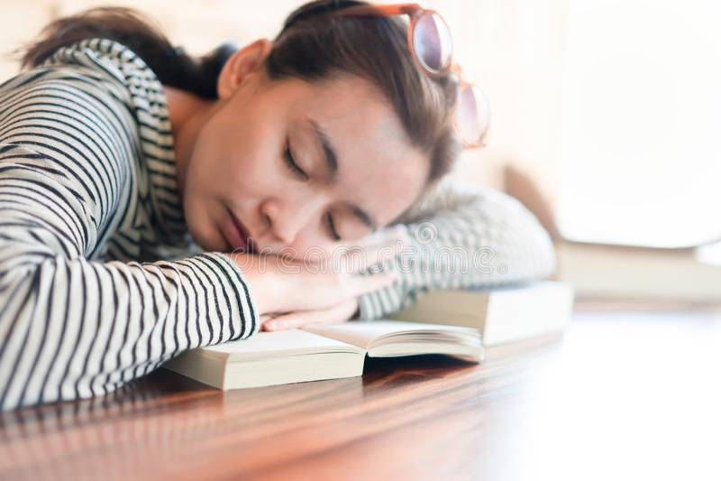 Donna che dorme dopo colto un libro fotografia stock libera da diritti