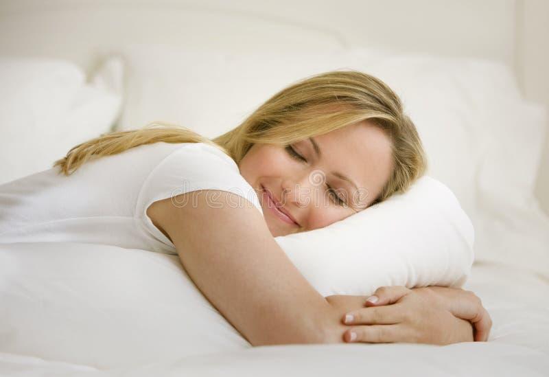 Donna che dorme nella base fotografie stock