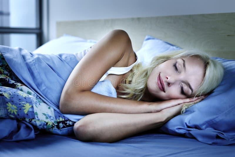 Donna Che Dorme Nella Base Fotografie Stock Libere da Diritti