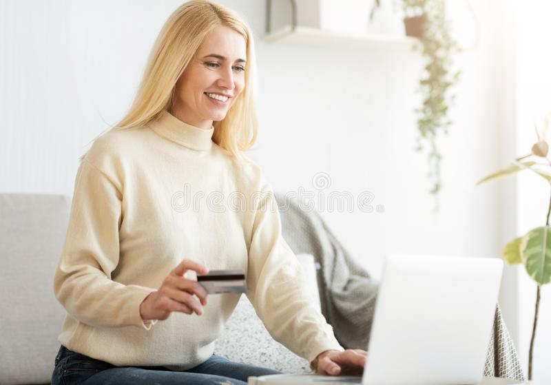 Donna che effettua pagamento online con la carta di credito fotografia stock libera da diritti