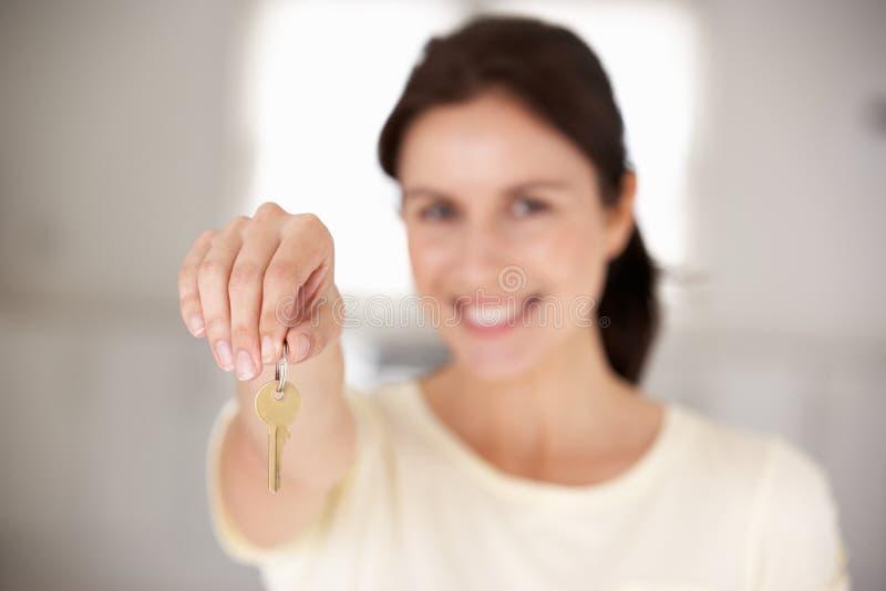 Donna che entra nella nuova casa fotografie stock