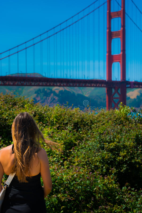 Donna che esamina golden gate bridge fotografia stock