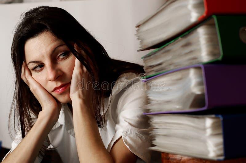 Donna che esamina i dispositivi di piegatura. immagine stock libera da diritti