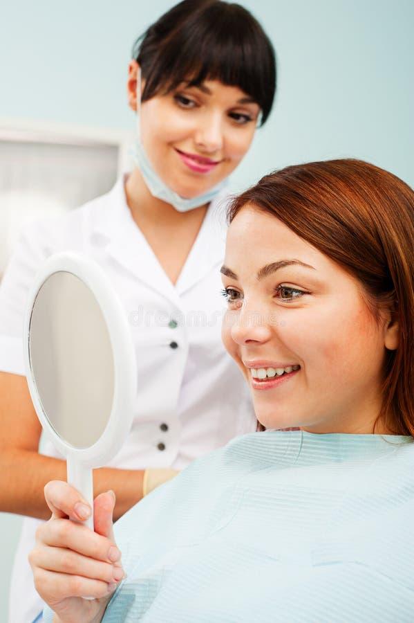 Donna che esamina i suoi bei denti fotografia stock