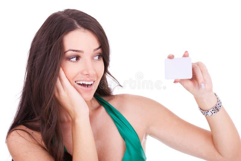 Donna che esamina la sua scheda di bussiness fotografia stock
