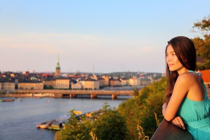 Donna che esamina vecchia vista di paesaggio urbano della città di Stoccolma fotografia stock libera da diritti