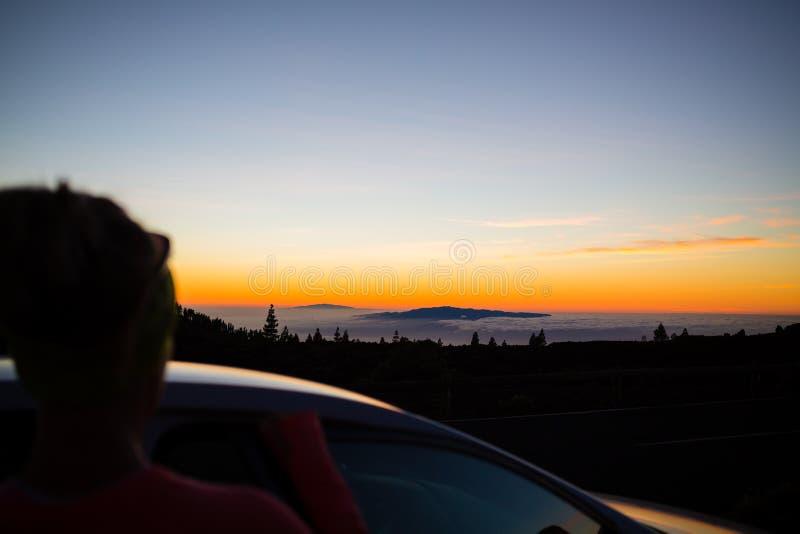 Donna che esamina vista di oceano ispiratrice del paesaggio fotografia stock libera da diritti