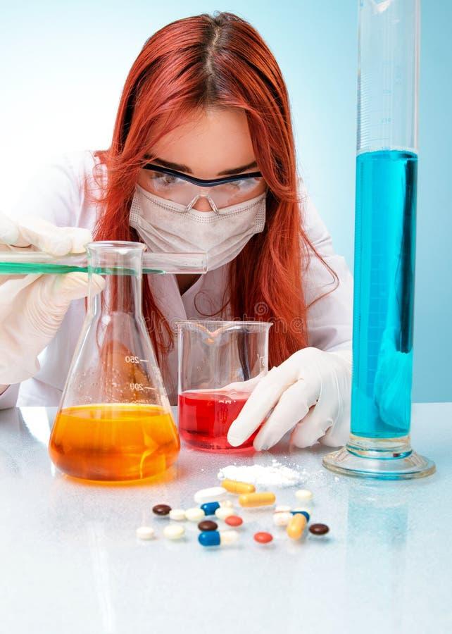 Donna del chimico fotografie stock