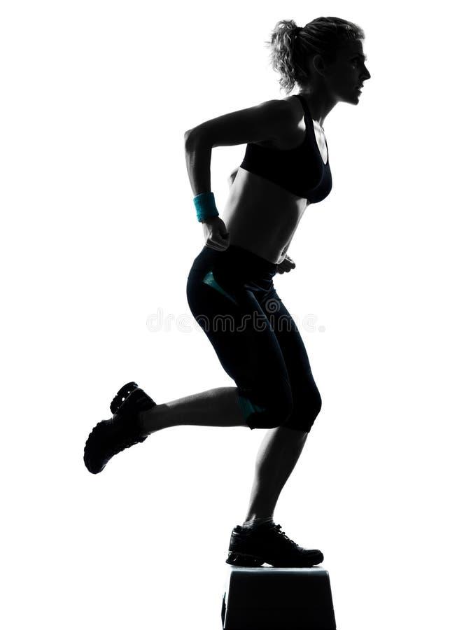 Donna che esercita aerobics di punto fotografia stock