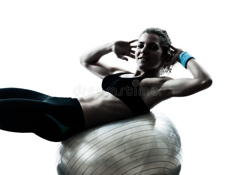 Donna che esercita allenamento della sfera di forma fisica immagini stock libere da diritti