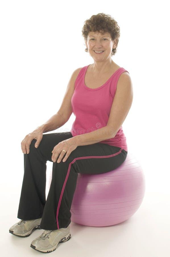 Donna che esercita la sfera di forma fisica di addestramento di memoria fotografie stock