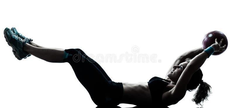 Donna che esercita la siluetta di allenamento della palla di forma fisica immagine stock