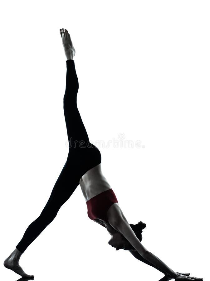 Donna che esercita yoga Adho Mukha Svanasana immagini stock